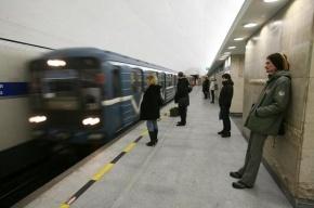 Человек прыгнул на рельсы в метро «Горьковская»
