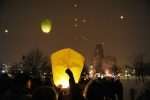 Фоторепортаж: «В Петербурге запустили сотни небесных фонариков »