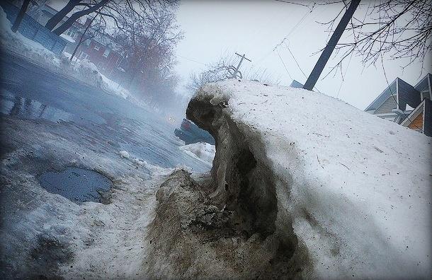 В Петербурге женщина погибла под колесами грузовика из-за неубранного снега