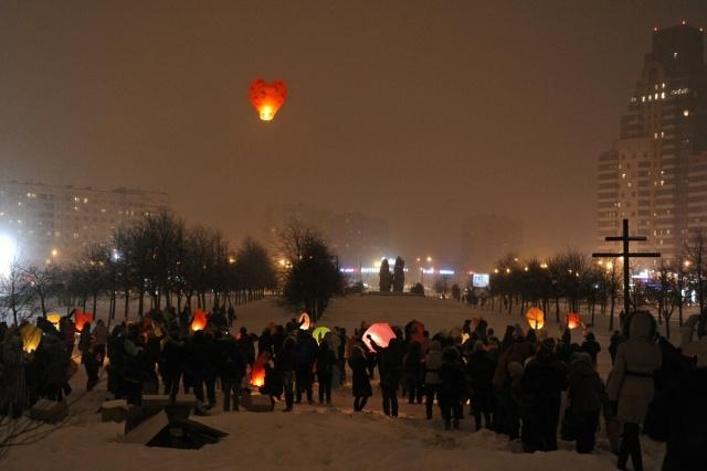 В Петербурге запустили сотни небесных фонариков : Фото