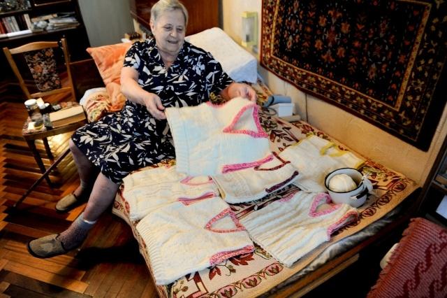 Бабушка-волонтер связала детям больше полуста жилеток: Фото
