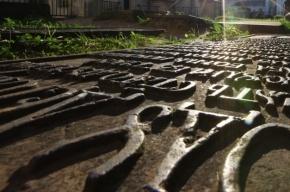 На Васильевском острове строители нашли старинное кладбище и спешат его уничтожить