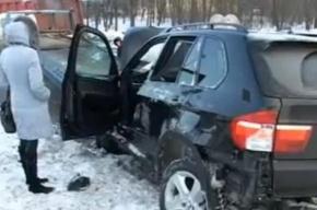 BMW с госномерами Смольного снес столб в Петербурге