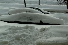 Убирать снег в Петербурге мешают нервные автомобилисты, заявили коммунальщики