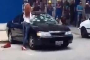 Девушка молотком разбила машину парня из-за измены (Смотреть)