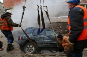 На Васильевском острове машина провалилась под асфальт из-за прорыва трубы