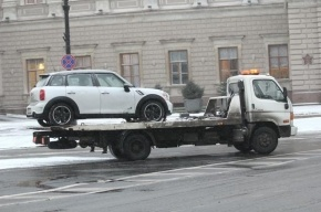 В Петербурге эвакуировали пять тысяч машин, мешавших уборке снега