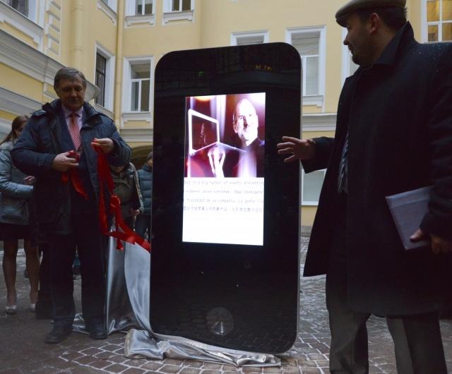 Памятник Стиву Джобсу в Петербурге: Фото
