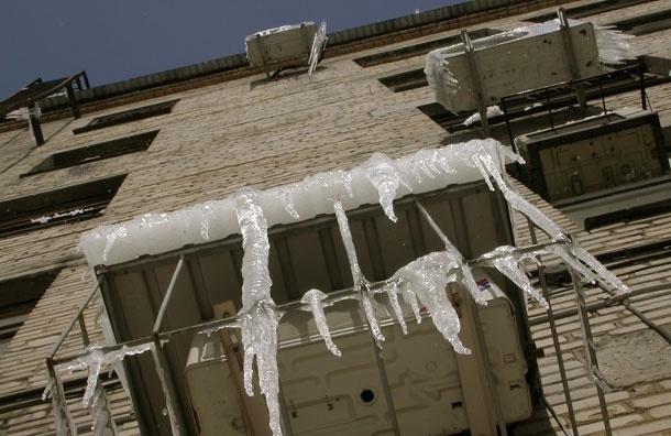 Москвичи будут сами  убирать сосульки с балконов