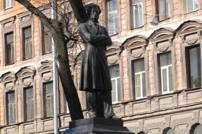 Вандалы украли цепи у памятника Пушкину