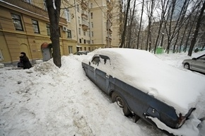 Москвичам разрешат чистить машины от снега и менять колеса