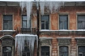 На крышах пяти тысяч домов Петербурга постоянно образуются сосульки