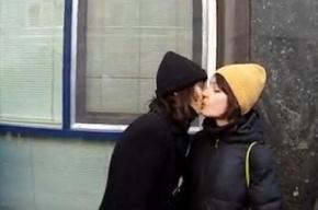 Возле Госдумы гей-активистов закидали яйцами после поцелуя девушек