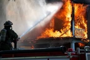 Дом в Подъездном переулке горит на площади 1,5 тысячи кв. метров