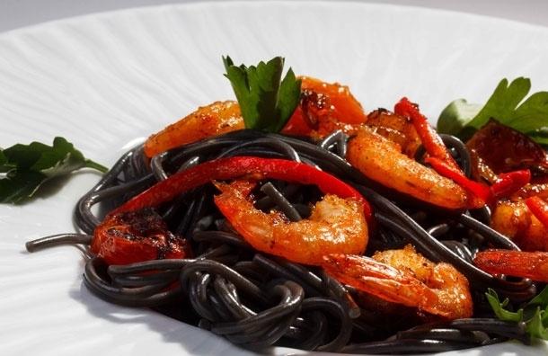 Черные спагетти скрасными креветками. Рецепт от Сергея Милянчикова