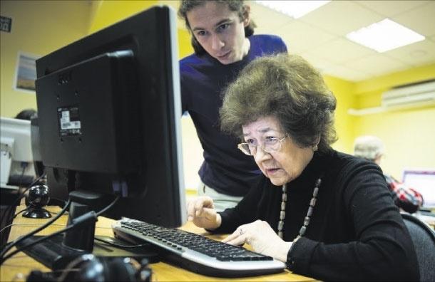 «Чтобы не отстать от жизни» - пожилые люди выходят в Сеть