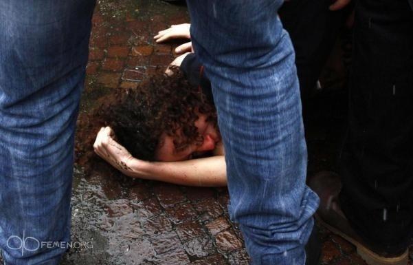FEMEN Берлускони: Фото