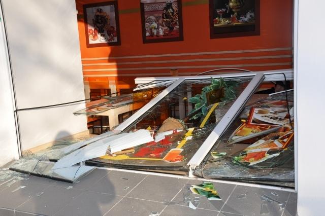 Рухнули витрины, стеклянные перегородки (26.03.2013)