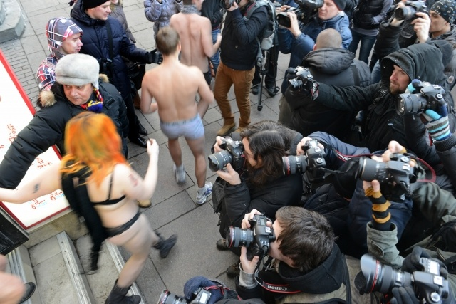 По Невскому проспекту люди бегали в трусах : Фото