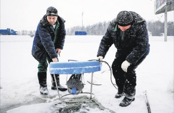 Рыбам в московских водоемах дают кислородный коктейль