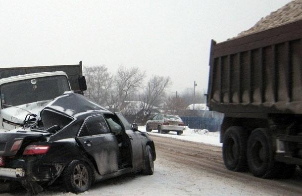 Два человека погибли в Москве при столкновении мусоровоза и иномарки