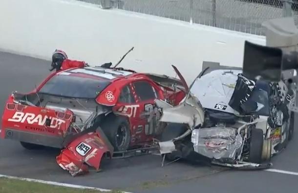 Более 30 человек пострадали на гонке NASCAR в США