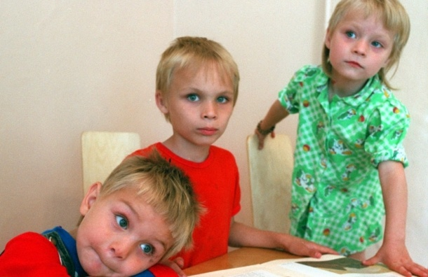 Усыновителям детей-сирот поднимут оплату до 100 тысяч