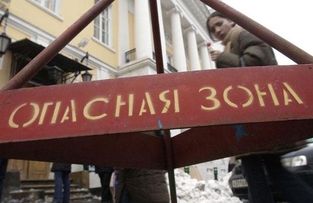 На москвичку рухнула глыба льда