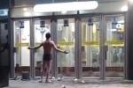 Голый мужчина разгуливал у метро «Международная»