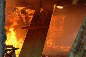 На Салова горит ангар с электрооборудованием, в здании рухнула крыша