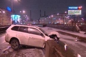 В Петербурге водитель джипа пробил ограду моста и скрылся, бросив машину