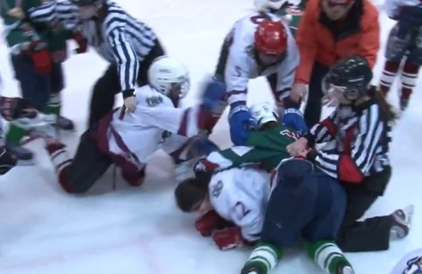 Девочки-хоккеистки устроили массовую драку на льду