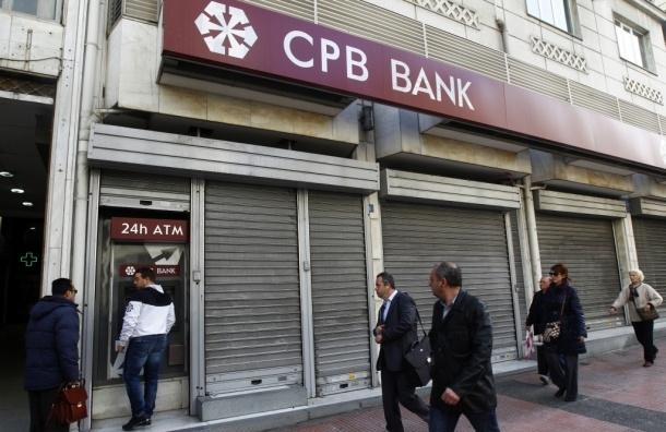 Сегодня киприотов пустят в банки. Тысячи людей в ожидании их открытия