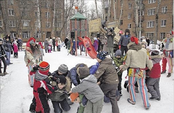 На самодельной детской площадке устроили праздничные проводы зимы