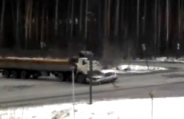 Мужчина погиб в аварии по дороге на похороны своего отца - видео