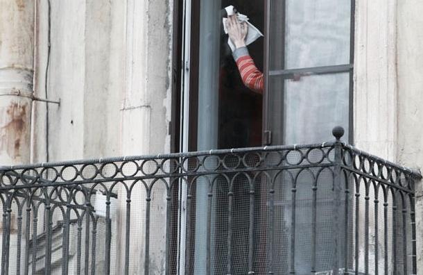 80-летняя петербурженка оставила записку и совершила прыжок с балкона