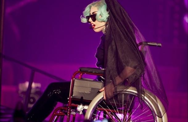 Колесница для Lady Gaga. Певица заказала себе после операции инвалидную коляску из золота