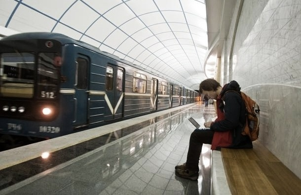 В метро «Бухарестсткая» поломоечная машина упала на рельсы, движение остановлено
