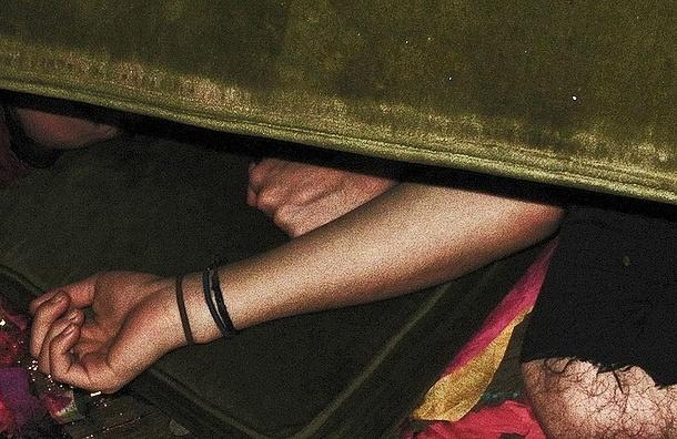 Квартирный вор спрятался от полицейских под диваном