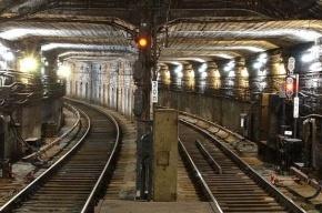 На «красной» ветке метро Петербурга второй раз за день встали поезда