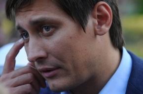Дмитрия Гудкова попросят сдать мандат из-за поездки в США