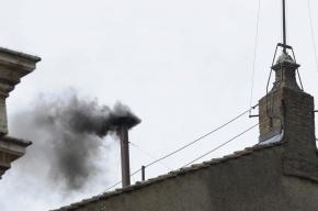 Из трубы Сикстинской капеллы идет черный дым: новый Папа пока не избран
