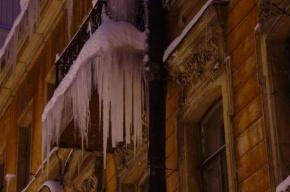 Сразу несколько человек пострадали от падения льда с крыш в Петербурге