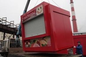 В Купчино мигранты укатили киоск с мороженым