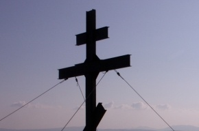 В годовщину возбуждения дела против Pussy Riot в Москве спилили крест