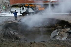 На Парашютной улице прорвало трубу: кипяток затопил автомобили