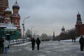 Женщина на джипе выехала на Красную площадь, показывая туристке Кремль