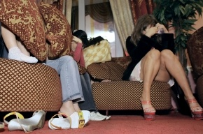 В притоне на Петроградке полицейские доставали проституток из-под ванны