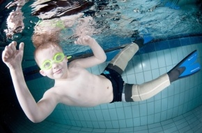 Как рыба в воде. Британский мальчик без ног научился плавать