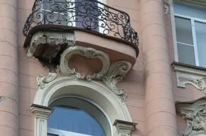 На петербурженку упала облицовка с балкона, когда она ждала трамвай